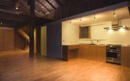 Cozinhas modernas por 家山真建築研究室 Makoto Ieyama Architect Office