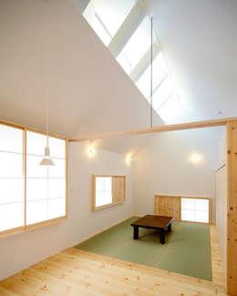 親世帯の広間: 星設計室が手掛けたリビングです。