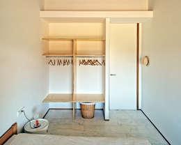 Casa S1: Dormitorios de estilo moderno de bellafilarquitectes