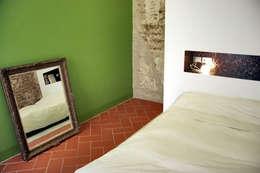 Dormitorios de estilo moderno por bellafilarquitectes