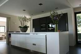 Stienestraat: moderne Keuken door Harold Laenen Architectuur