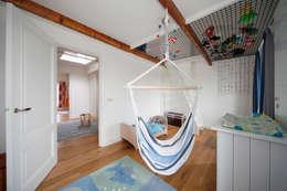 Bijzondere kinderverdieping: moderne Kinderkamer door Studio evo