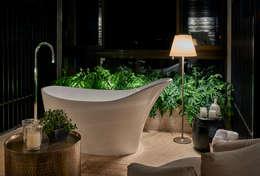 Baños de estilo rústico por Gláucia Britto