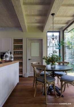 Desayunador: Cocinas de estilo rústico por MARIANGEL COGHLAN