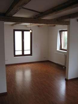 Sanierung Bauernhaus in Stuttgart: klassische Wohnzimmer von Kurt R. Hengstler GmbH