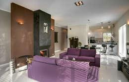 widok salonu z kominkiem dwustronnym: styl , w kategorii Salon zaprojektowany przez Anna Kukawska - Architekt