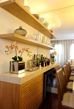 SALA DE JANTAR - DETALHE MARCENARIA: Sala de jantar  por JULIANA MUCHON ARQUITETURA E INTERIORES