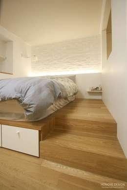 Projekty,  Sypialnia zaprojektowane przez 홍예디자인