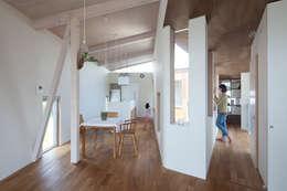 Salones de estilo moderno de 水野建築事務所