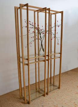 Open vitrinemeubel: moderne Woonkamer door meubelmakerij mertens