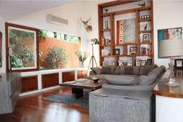 Family Room con mobiliario personalizado: Salas multimedia de estilo moderno por Quinto Distrito Arquitectura