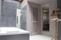 Vista general del baño: Baños de estilo  por Quinto Distrito Arquitectura
