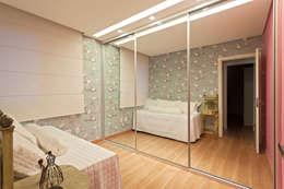 Dormitorios de estilo  por Amis Arquitetura & Design