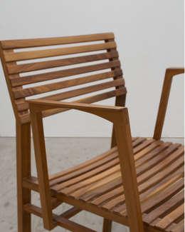 Stoeltje Hinta met dubbel gesteunde armlegger: moderne Woonkamer door meubelmakerij mertens