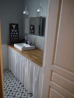 COCON VINTAGE: Salle de bains de style  par Agence Laurent Cayron