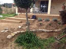 Végétalisation du talus: Terrasse de style  par In&Out Garden