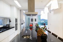 Cocinas de estilo moderno por SAA_SHIEH ARQUITETOS ASSOCIADOS