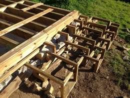 Structure escaliers terminée: Terrasse de style  par In&Out Garden