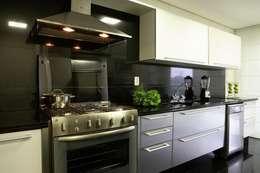 Cocinas de estilo moderno por Cristina Menezes Arquitetura