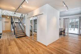 GoodLife Park дом №2: Гостиная в . Автор – TSEH Architectural Group