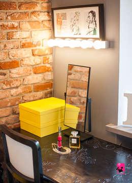 Sypialnia z garderobą i balkonem: styl , w kategorii Sypialnia zaprojektowany przez Pink Pug Design Interior