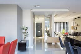 Прихожая, коридор и лестницы в . Автор – GK Architects Ltd