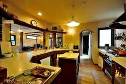 Cocinas de estilo rústico por HAPTIC HOUSE