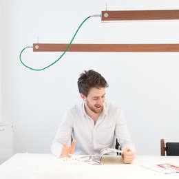 Per Meter 01 als hanglamp boven een bureau: moderne Studeerkamer/kantoor door Wisse Trooster - qoowl