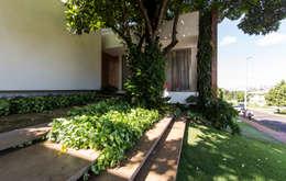 RESIDÊNCIA RMJ: Jardins modernos por Felipe Bueno Arquitetura