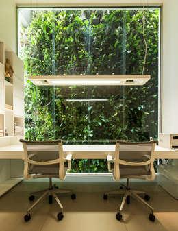 Projekty,  Domowe biuro i gabinet zaprojektowane przez Felipe Bueno Arquitetura