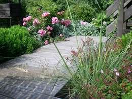 Englischer Garten Pflanzung in Rot- Silber Tönen, Holzdeck: landhausstil Garten von Tina Brodkorb Landschaftsarchitektur