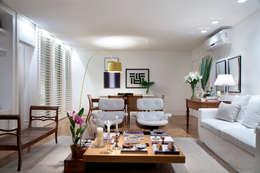 Salas de estilo ecléctico por Angela Medrado Arquitetura + Design