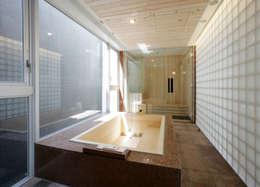 バスルームとサウナ: Egawa Architectural Studioが手掛けた浴室です。