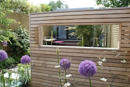 Modern English Garden - cedar window screen: modern Garden by Rosemary Coldstream Garden Design Limited