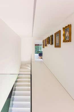 LIVING GARDEN HOUSE : styl , w kategorii Korytarz, przedpokój zaprojektowany przez KWK Promes