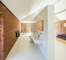 LIVING GARDEN HOUSE : styl , w kategorii Łazienka zaprojektowany przez KWK Promes