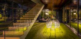 Pasillos y recibidores de estilo  por KWK Promes
