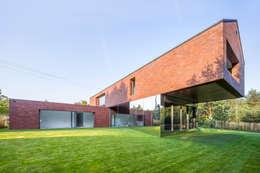 LIVING GARDEN HOUSE : styl nowoczesne, w kategorii Domy zaprojektowany przez KWK Promes