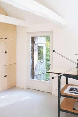 AN OLD BRETON  BARN CONVERTED INTO AN ARTIST STUDIO: Cuisine de style de style Moderne par Modal Architecture