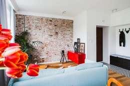 Mieszkanie po remoncie generalnym, w stylu eklektycznym, z czarno-białą kuchnią: styl , w kategorii Salon zaprojektowany przez HOLTZ