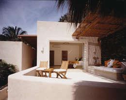 Casas de estilo tropical por BR  ARQUITECTOS