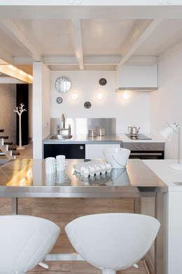 Biały loft: styl , w kategorii Salon zaprojektowany przez justyna smolec architektura & design