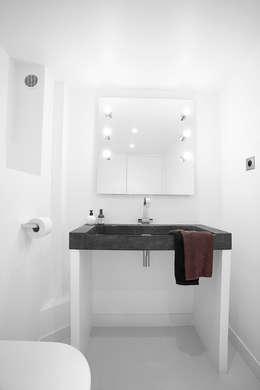 loft minimaliste paris: Salle de bain de style de style Minimaliste par    Intérieurités  /catherine vernet