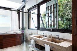 Baños de estilo moderno por Infinity Spaces
