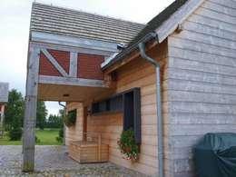 widok od  strony wejscia do domu: styl wiejskie, w kategorii Domy zaprojektowany przez CUBICPROJEKT