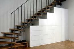 minimalistische Gang, hal & trappenhuis door Selma Serman