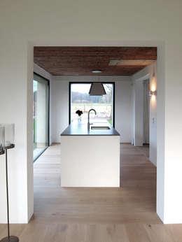 Tibbensteeg Hoonhorst: minimalistische Keuken door Tim Versteegh Architect