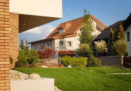 widok na skarpę trawiastą: styl , w kategorii  zaprojektowany przez Autorska Pracownia Architektury Krajobrazu Jardin