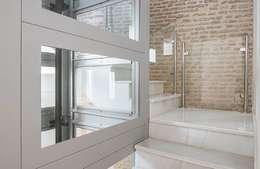 Ardes Arquitectos: modern tarz Koridor, Hol & Merdivenler