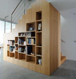 minimalistische Gang, hal & trappenhuis door MBVB Arquitectos
